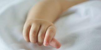 Ручка новорожденного ребенка