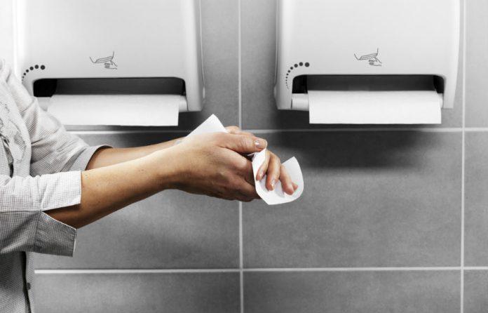 Сушка рук бумажными полотенцами