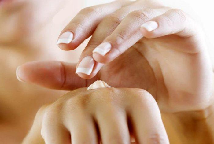 Увлажнение кожи рук кремом