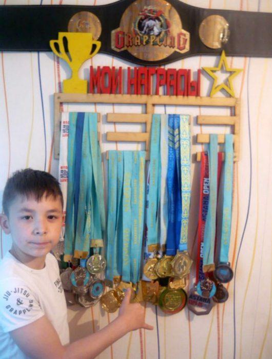 Ратмір Жангурбаев зі своїми нагородами