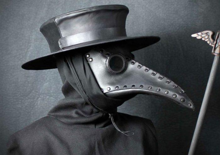 Захисний костюм доктора за часів чорної смерті