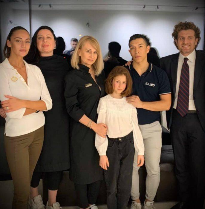 Эмилия со своей бабушкой и итальянскими специалистами