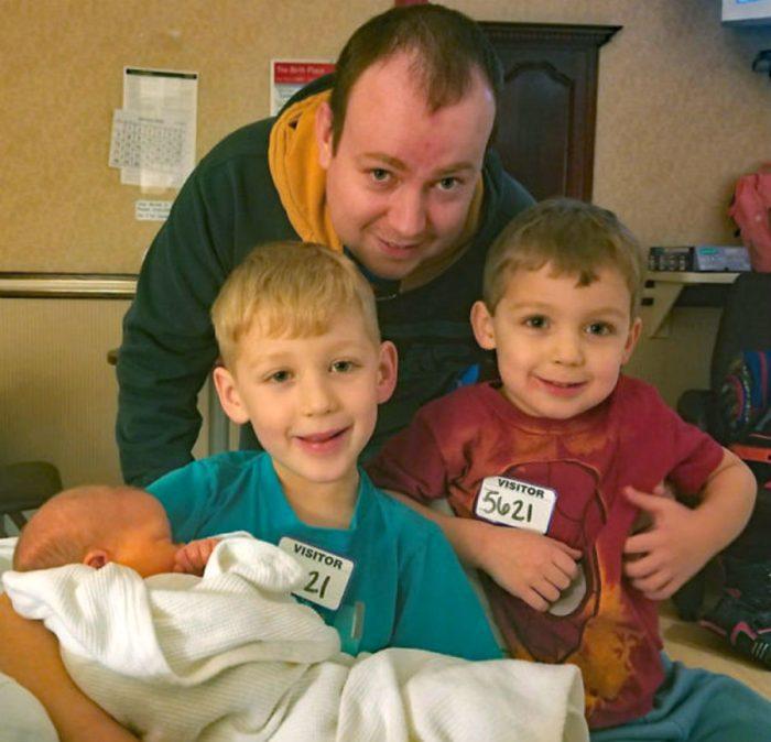 Эндрю Джейксон с сыновьями и новорожденной дочерью