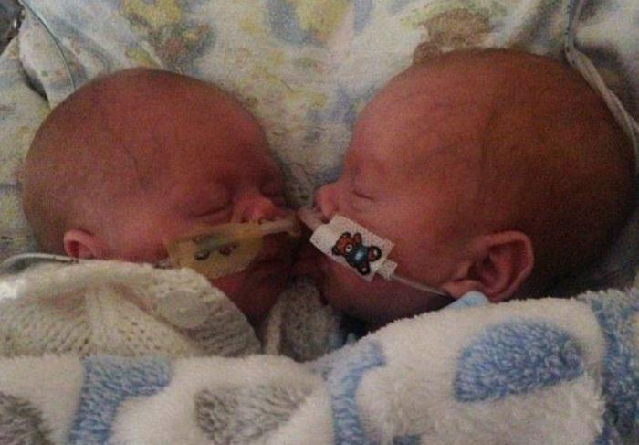 Остин и Ава в младенчестве