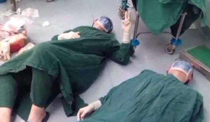 Обессиленные хирурги рухнули на пол после 32-часовой операции