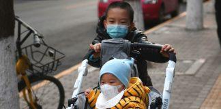 Маленькі діти в медичних масках