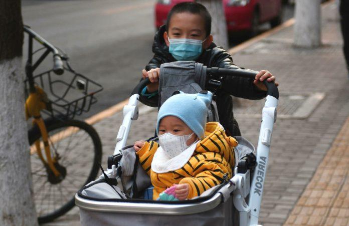 Маленькие дети в медицинских масках