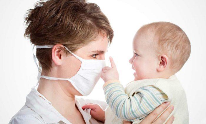 Ребенка от заражения коронавирусом спасет защитная маска на взрослых