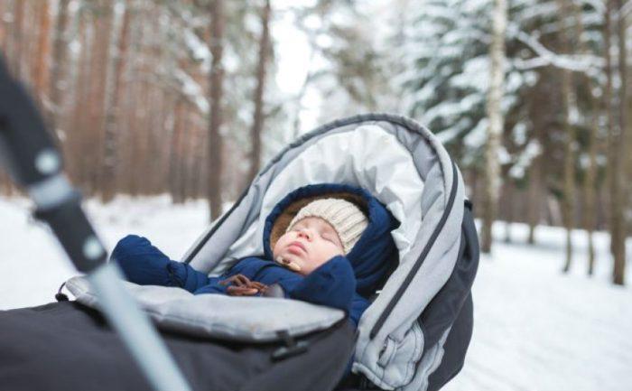 Ребенок спит на свежем воздухе