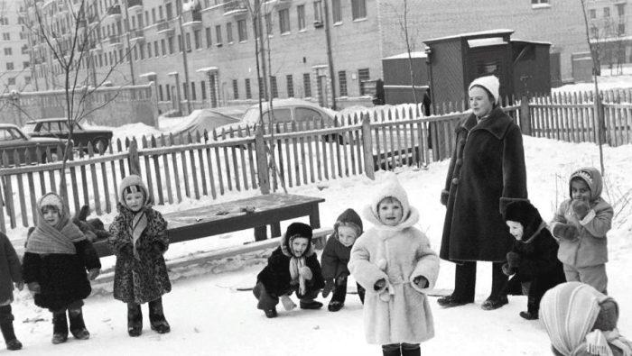 Дети гуляют на улице зимой в советском детском саду