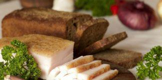 Сало с чесноком и черным хлебом