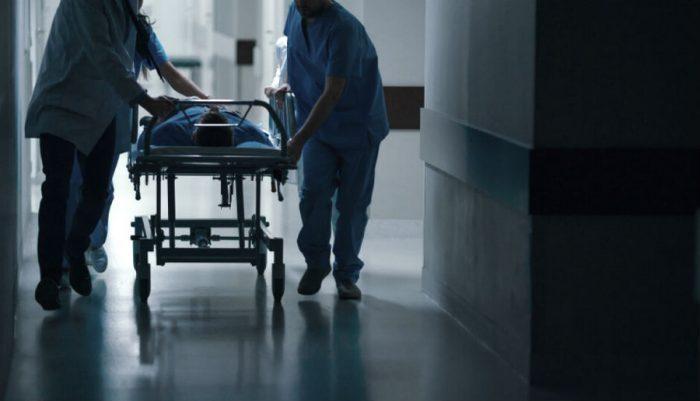 Пациента везут на каталке