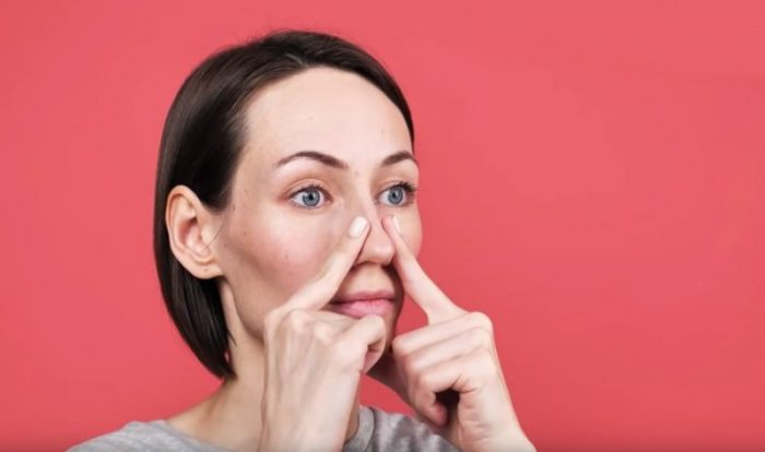 Закрытый пальцами нос