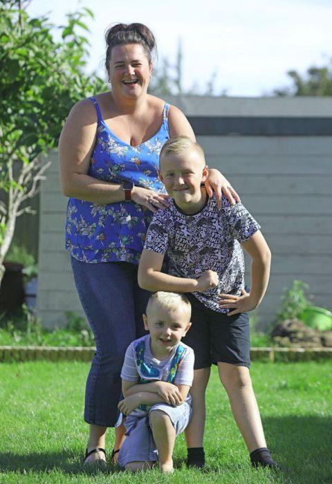 Дженніфер Лемб зі своїми синами