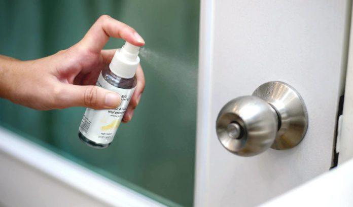 Обработка дверной ручки антисептиком