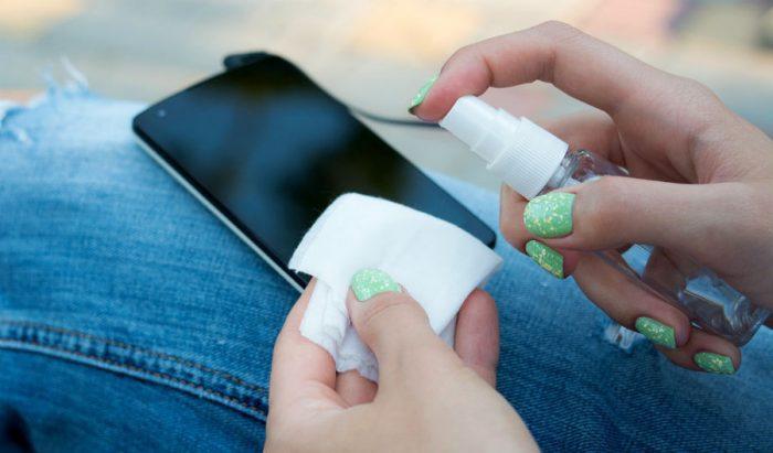 Обработка телефона антисептиком