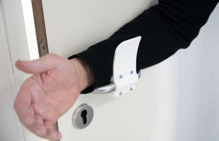 Касание дверной ручки через рукав кофты