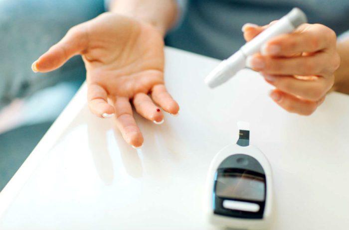 Диабетики вынуждены постоянно следить за уровнем глюкозы в крови