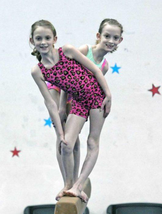 Сестры занимаются гимнастикой