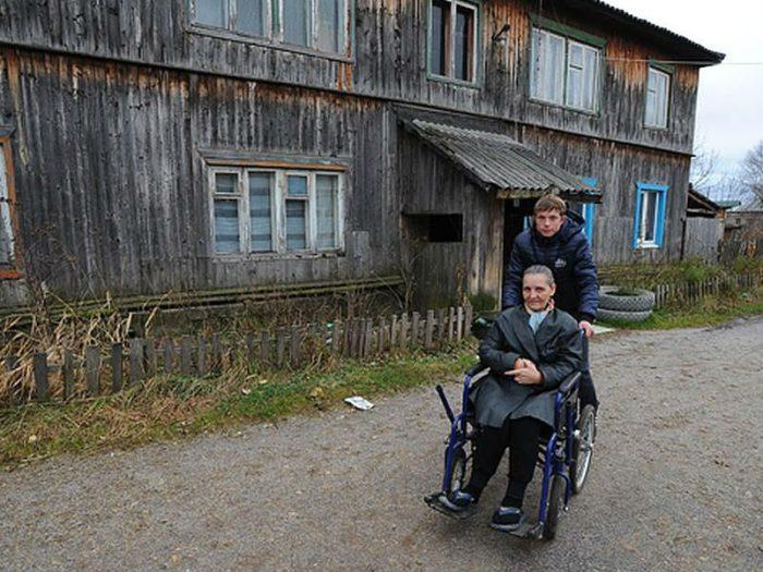 Влад вместе с парализованной мамой на инвалидной коляске