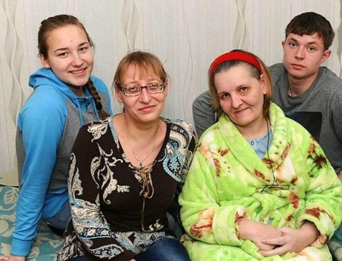 Настя, ее мама Алена, мама Влада и сам Влад