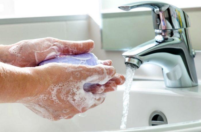 Тщательное мытье рук с мылом