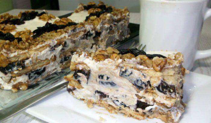 Торт с черносливом и орехами в разрезе
