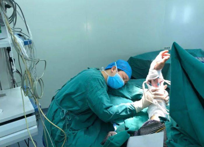 Хирург держит руку пациента для восстановления кровообращения даже во сне