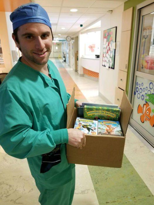 Дейн Пратт пополняет библиотеку для маленьких пациентов