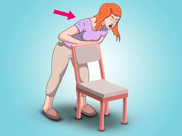 Один из способов помочь — навалиться животом на спинку стула, чтобы вытолкнуть застрявший кусочек еды