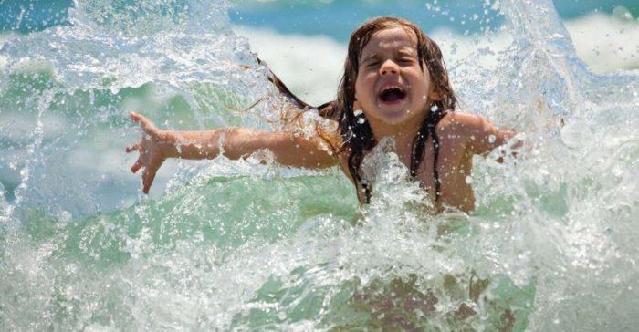 Ребенок плавает в море