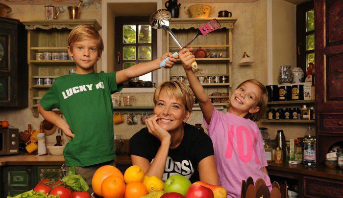 Юлия Высоцкая с сыном Петром и дочерью Марией