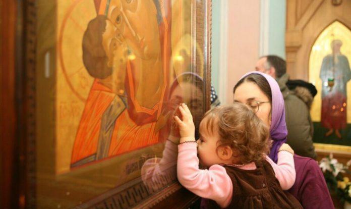 Опасно ли целовать иконы в церкви