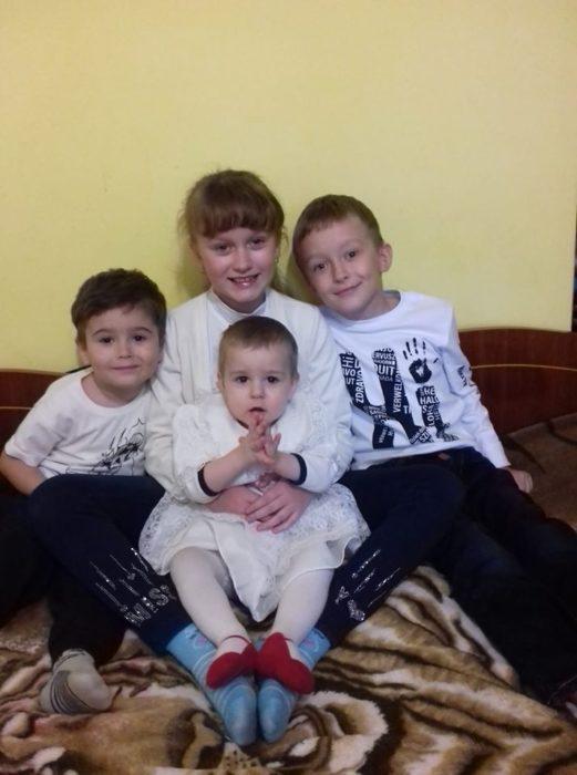Слева направо Матвей, Юля, на руках у нее Аня, Андрей
