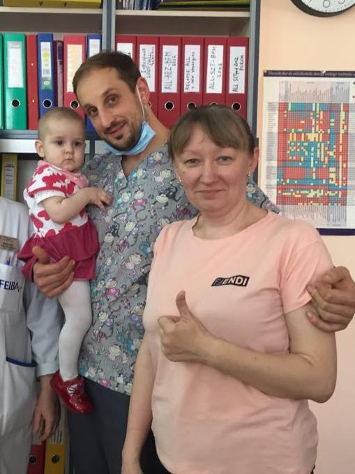 Аня с лечащим врачом и мамой