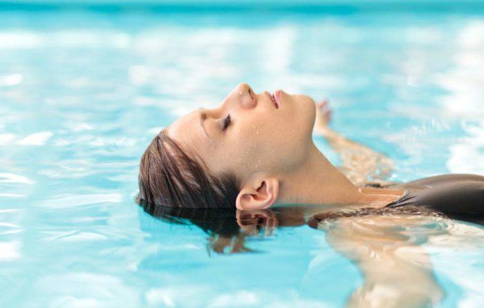 Во время плаванья в ухо легко могла попасть вода