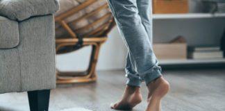 Ходить босиком по полу вредно
