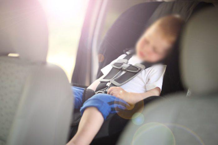 Закрытый в машине ребенок