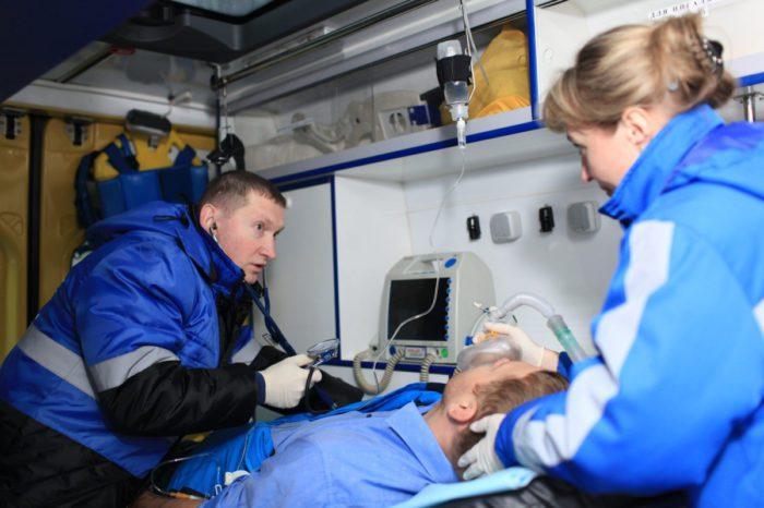 Врачи скорой спасают жизнь пациента