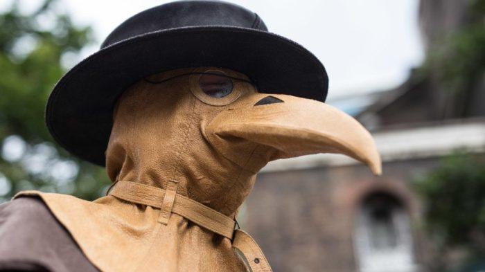Защитный костюм доктора во времена эпидемии чумы