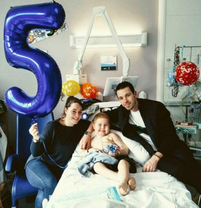 Оскар с родителями отпраздновал свое 5-летие в больничной палате
