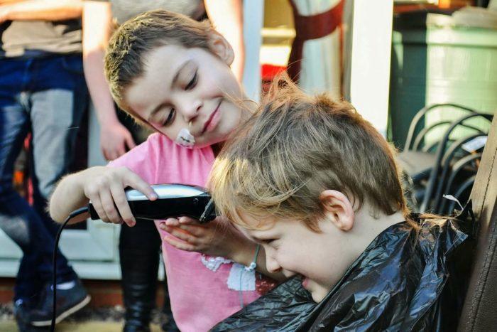 Процесс бритья головы начался
