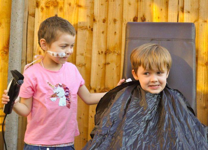 Ойсин попросил Лулу побрить ему голову, чтобы они могли выглядеть одинаково