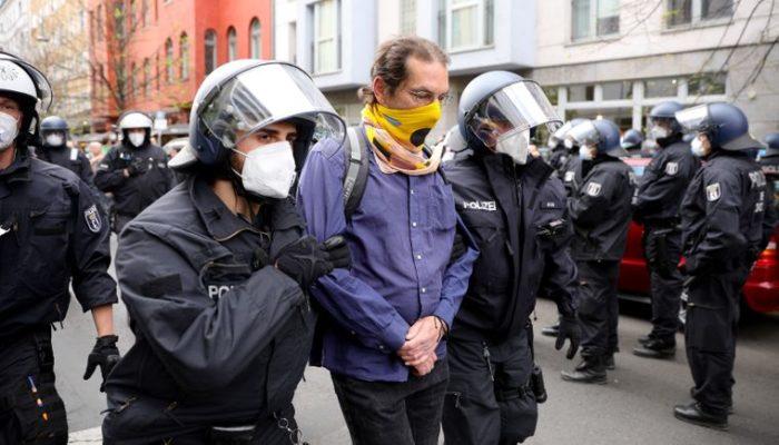 Полицию задержала протестующих