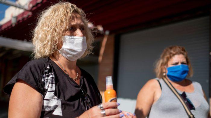 Іспанські жінки боряться з комарами за допомогою спреїв