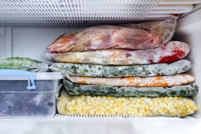 Замороженные продукты в морозилке