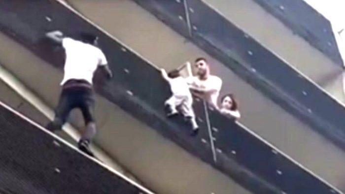 Мамуде Гассаме лезет по балконам к мальчику