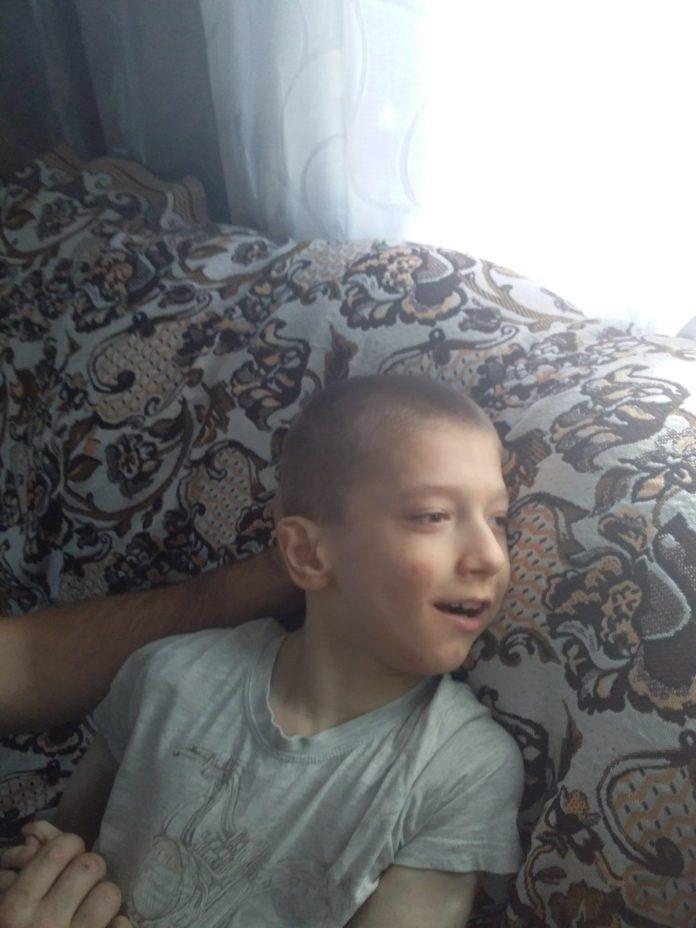 Хворий на ДЦП хлопчик Вася