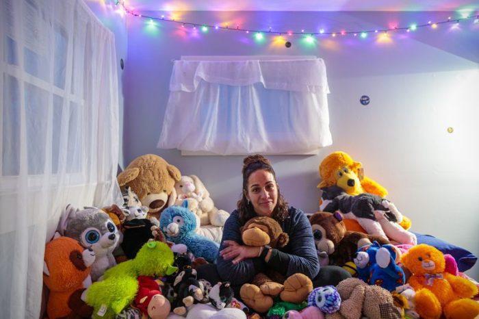 Стефани ДеКампос в комнате сына