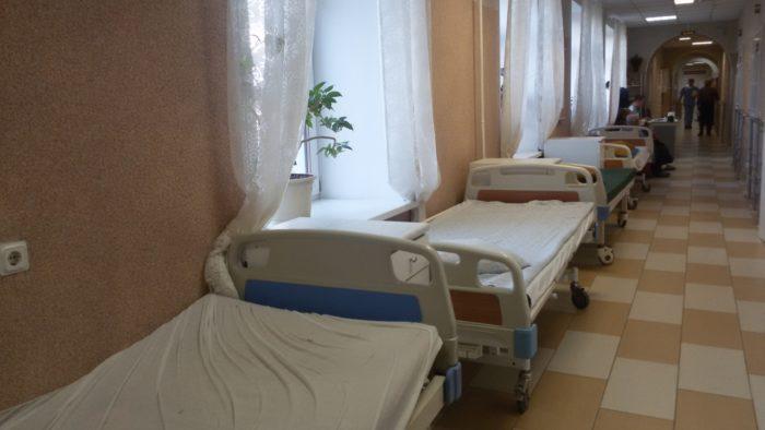 Лікарняні ліжка в коридорах